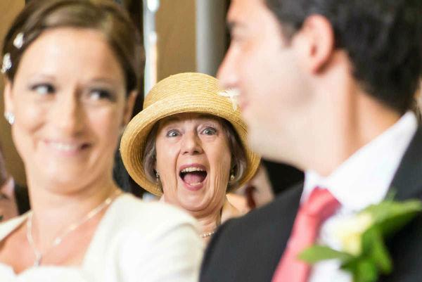 brautmutter lacht mit brautpaar