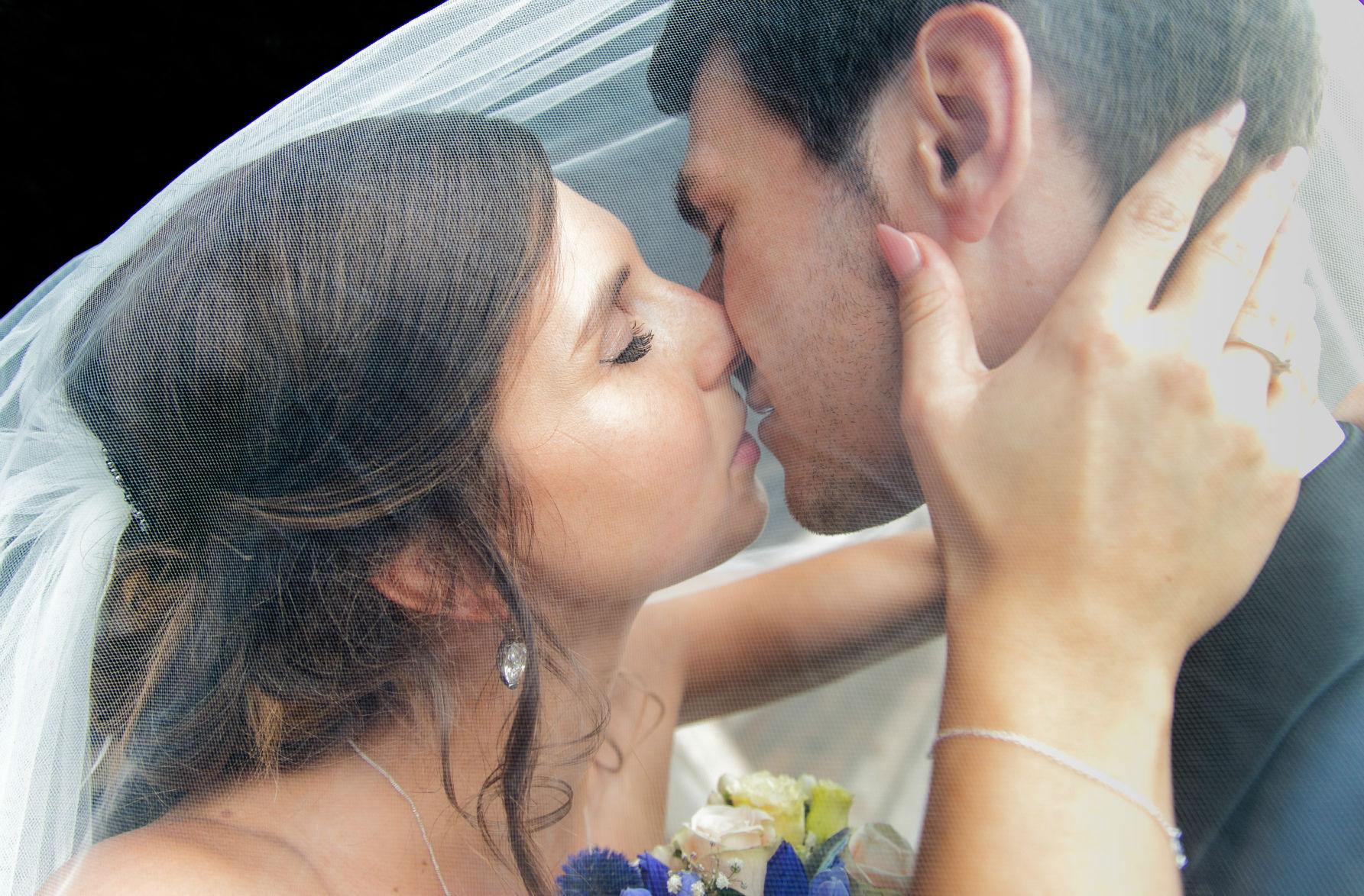 Brautkuss unter dem Schleier