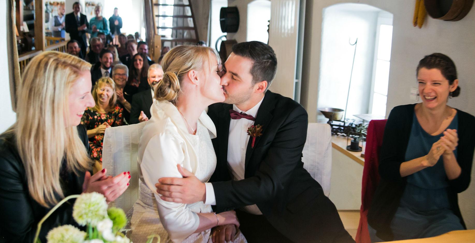 Kuss Brautpaar im Standesamt