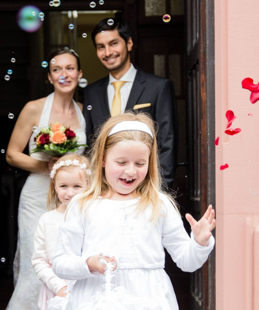 Brautpaar mit Blumenkinder