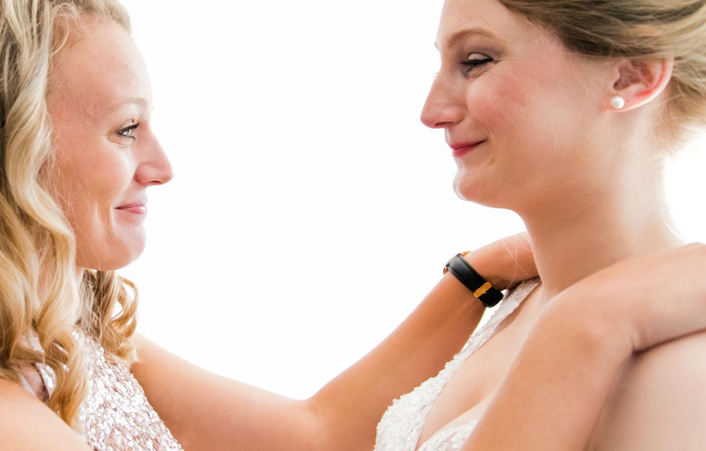 Ankleidung Braut mit Trauzeugin