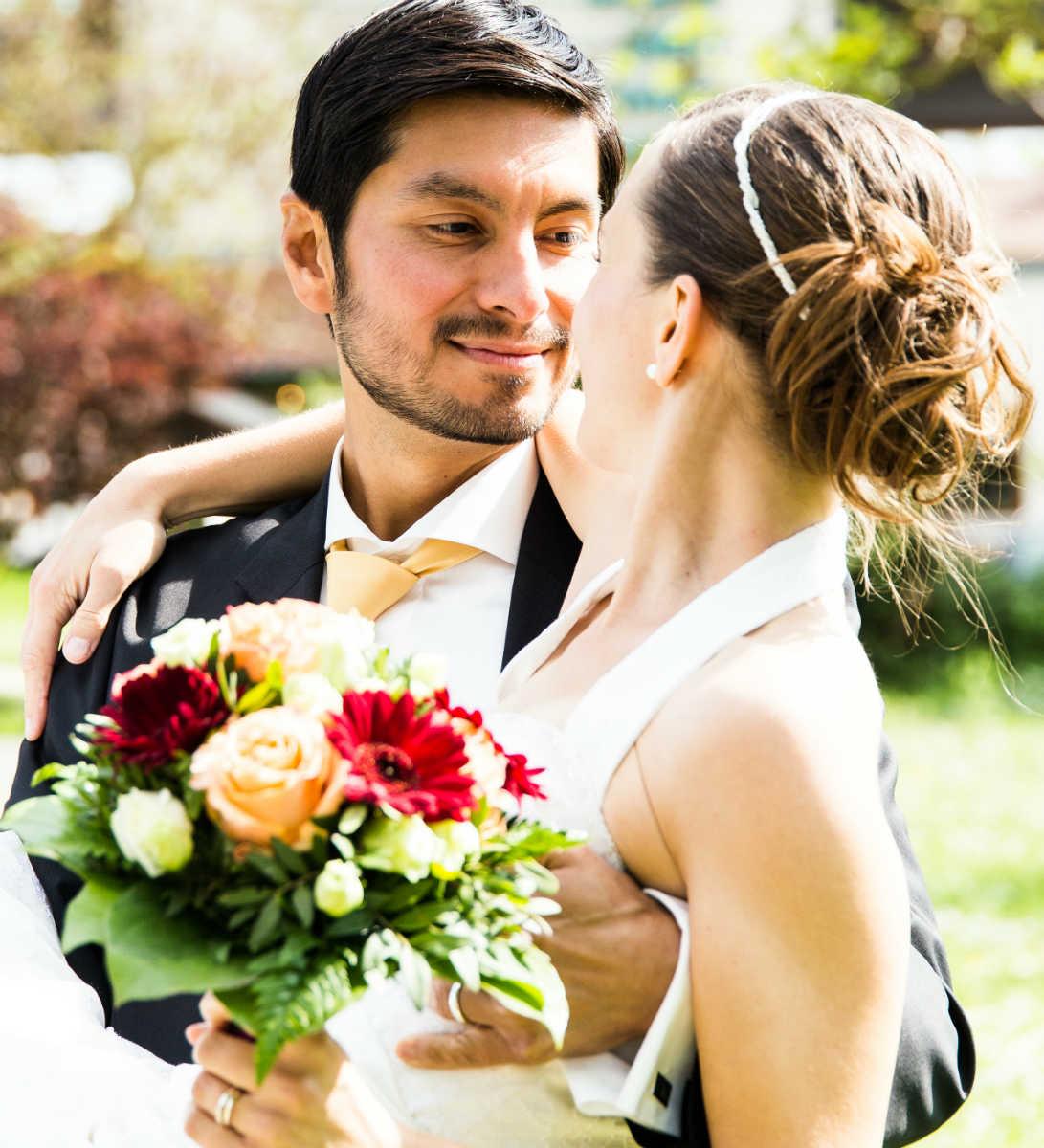 Verliebter Blick des Bräutigams