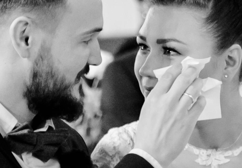 Weinende Braut in der Kirche