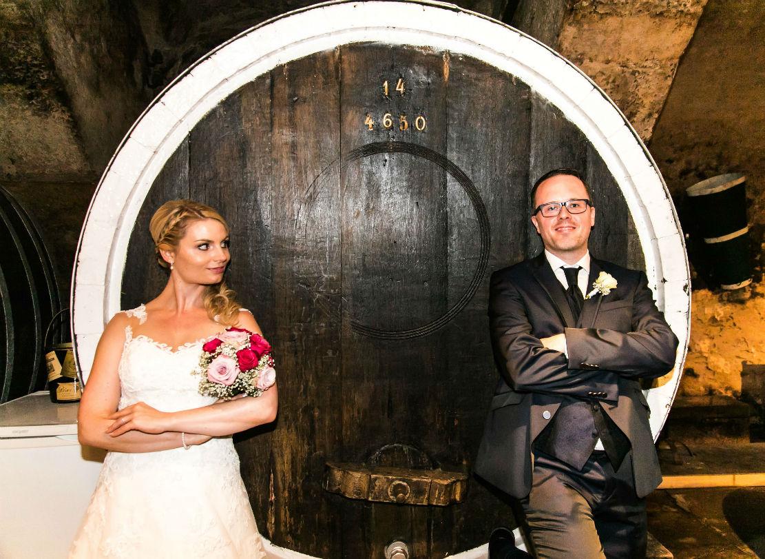 Brautpaar im Weinkeller